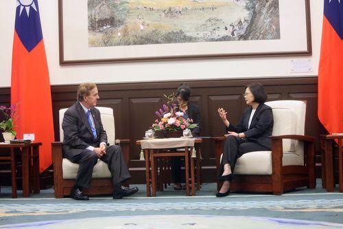 Tsai Ing-wen (right) and Robert Pittenger (left), photo courtsey of the Presidential Office
